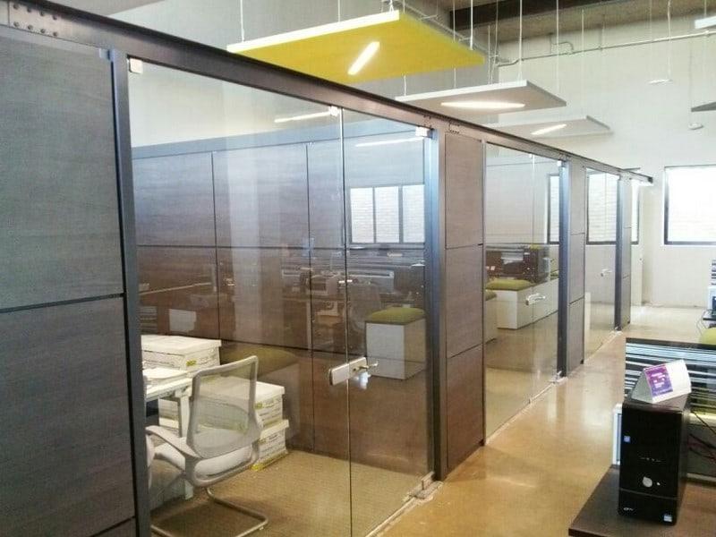 Muros funcionales opci n para oficinas mobiliario for Muro cristal